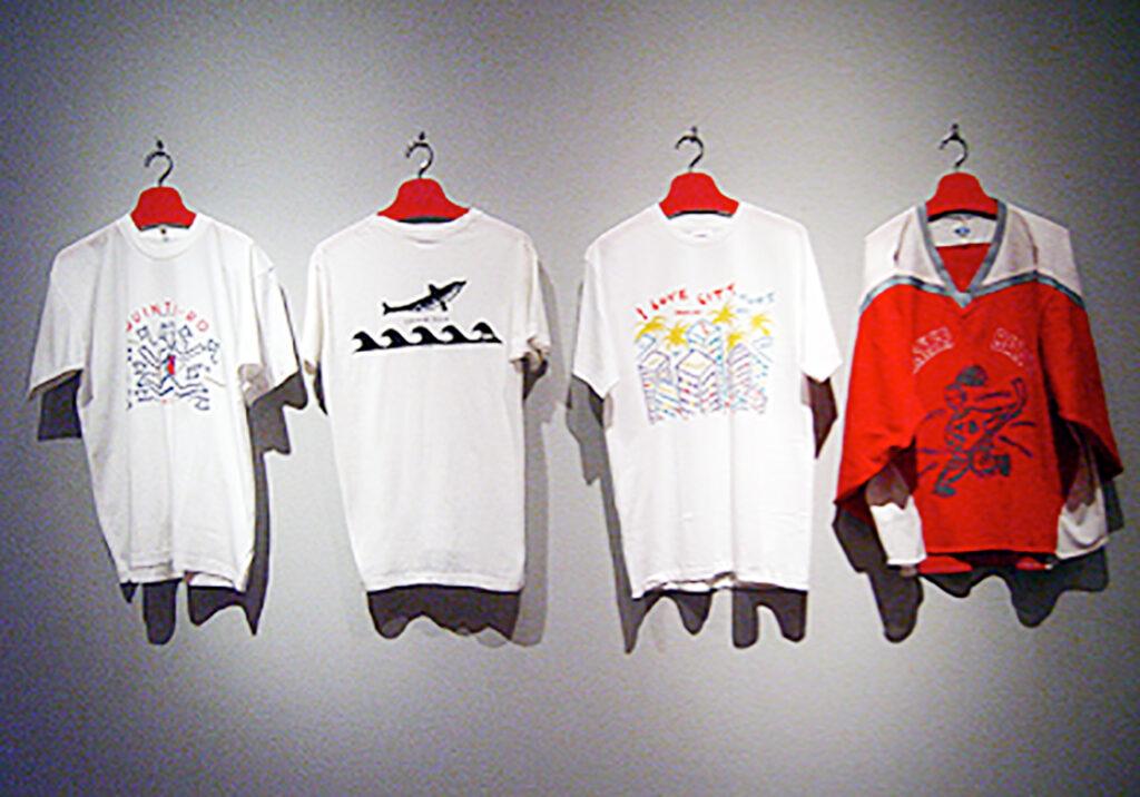 「おーくん・あきら『版』世界」展(2006年 茅ヶ崎美術館)シルクスクリーン印刷によるTシャツ展示