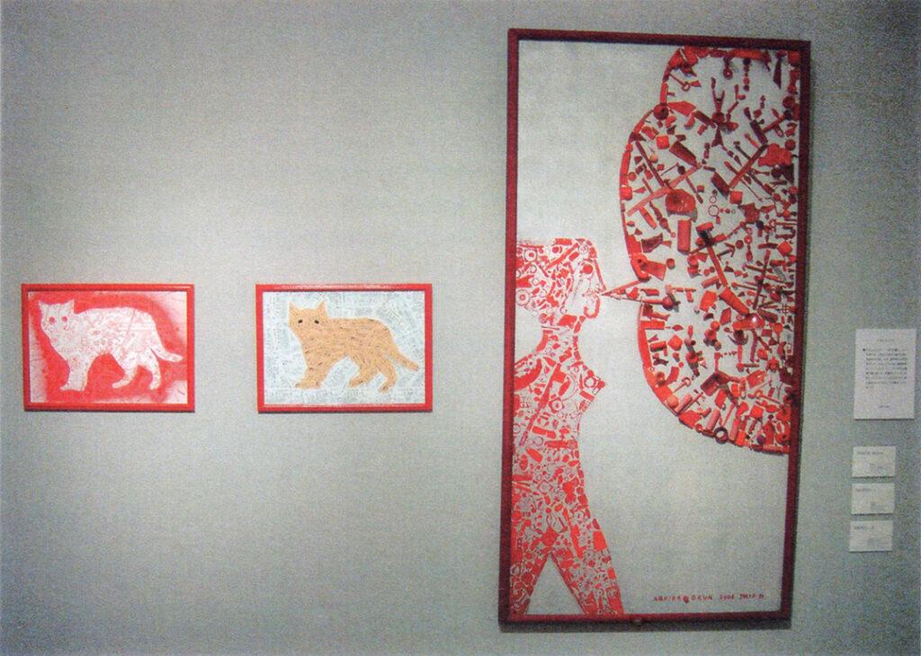 「おーくん・あきら『版』世界」展(2006年 茅ヶ崎美術館)イラストレーションとスタンピング(写真左)、コラージュグラフィック(写真中央)、スタンピングとアッサンブラージュ(写真右)展示