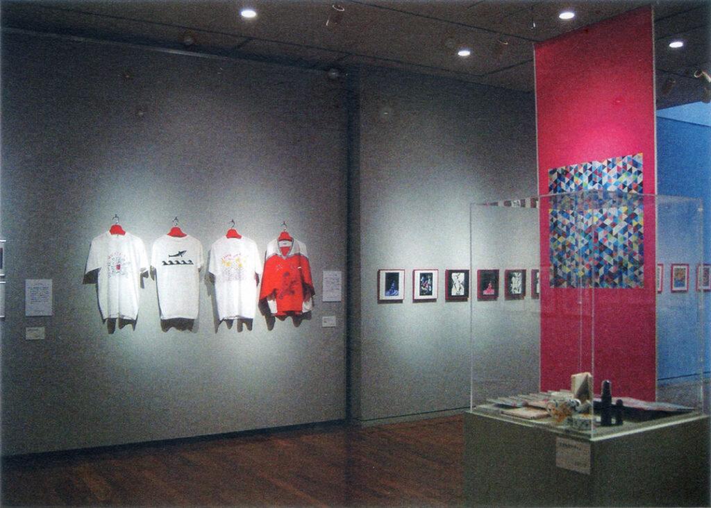 「おーくん・あきら『版』世界」展(2006年 茅ヶ崎美術館)会場内風景 壁面展示